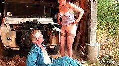 Mature cougar francaise poilue qui adore l uro demontee par un jeune et un vieux